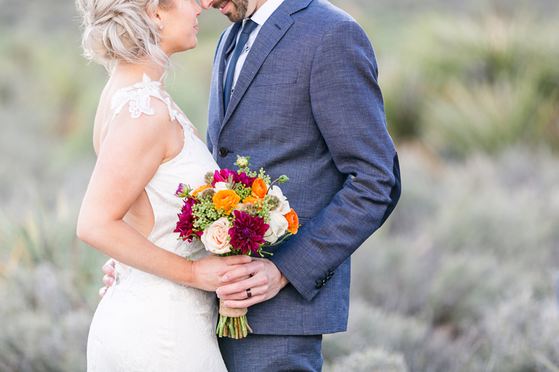 lasvegas-nevada-desert-shoot-bride-groom-susanne_wysocki-weddingphotographer-germany-wppi-redrock-flowers2.jpg