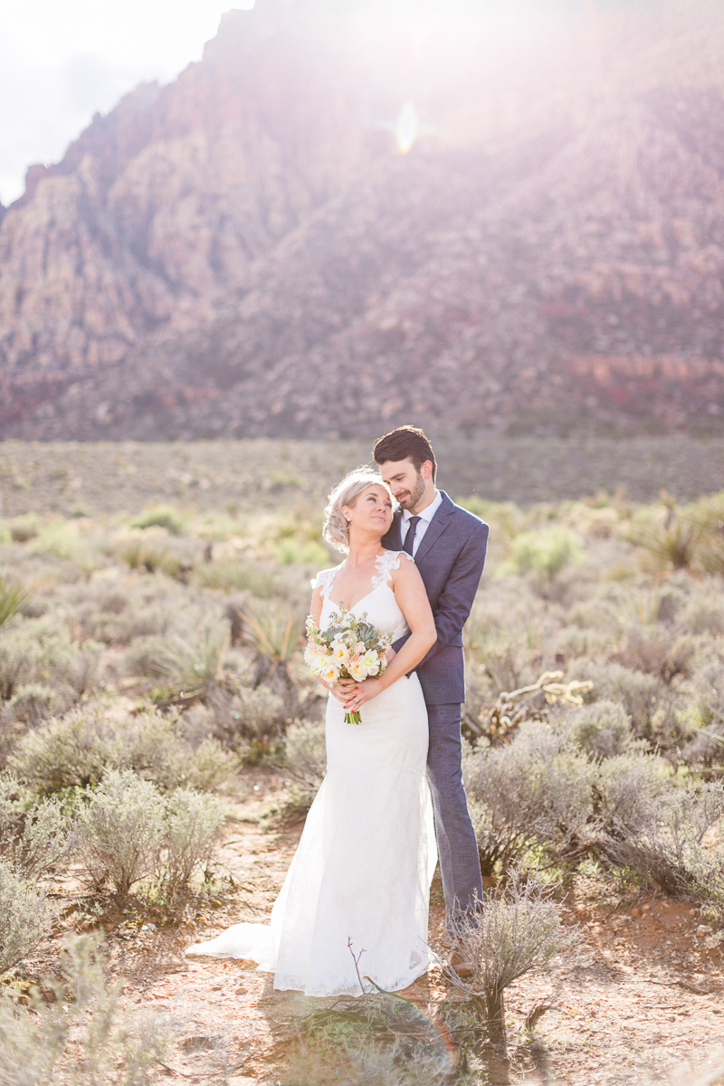 lasvegas-nevada-desert-shoot-bride-groom-susanne_wysocki-weddingphotographer-germany-wppi-redrock-flowers.jpg