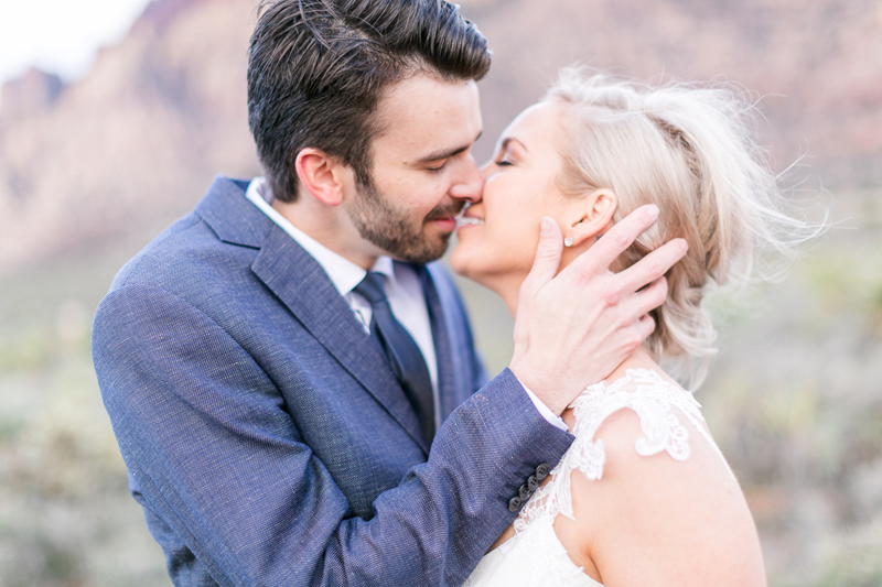 lasvegas-nevada-desert-shoot-bride-groom-susanne_wysocki-weddingphotographer-germany-wppi-redrock-kiss.jpg