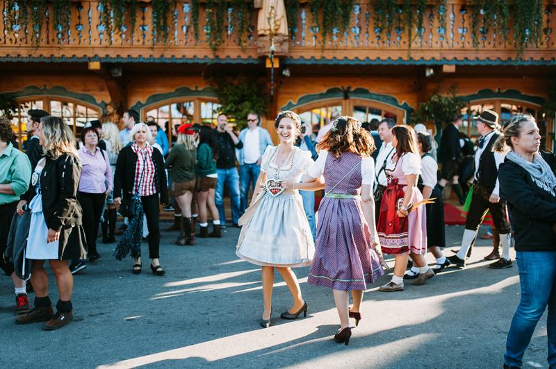 oktoberfest-wiesn-muenchen-hochzeitsfotograf-wildstuben-tanzen.jpg