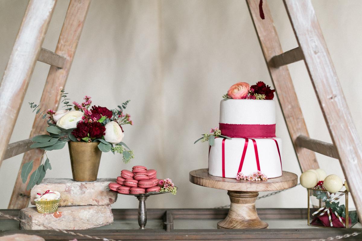 Torte-Maccarons-Blumen-Hochzeit-Hochzeitsfotograf-Trier-Luxemburg-Muenchen-Inspiration-Papeterie.jpg