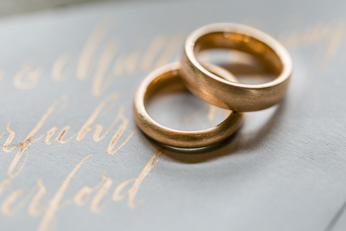 deko-tischdeko-papeterie-kaligrafie-kupfer-sukkulenten-muenchen-hochzeitsfotograf-shooting-trier-luxemburg-marriage-wedding-inspiration-spinnerei-kolbermoor-ringe-papeterie.jpg