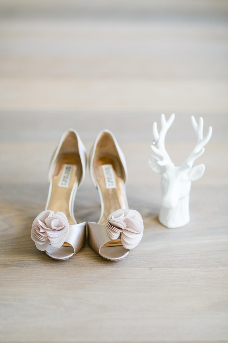 tegernsee-brautschuhe-deko-braut-hochzeit-wedding-marriage-hochzeitsfotograf-muenchen-luxembourg-trier.jpg