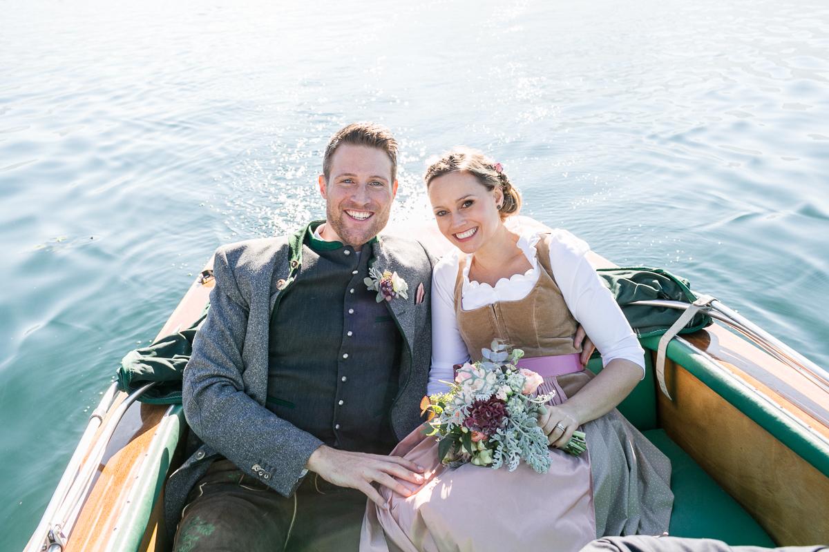 tegernsee-rathaus-standesamt-brautpaar-boot-paarshooting-blumen-dirndl-tracht-braut-hochzeit-wedding-marriage-hochzeitsfotograf-muenchen-luxembourg-trier.jpg