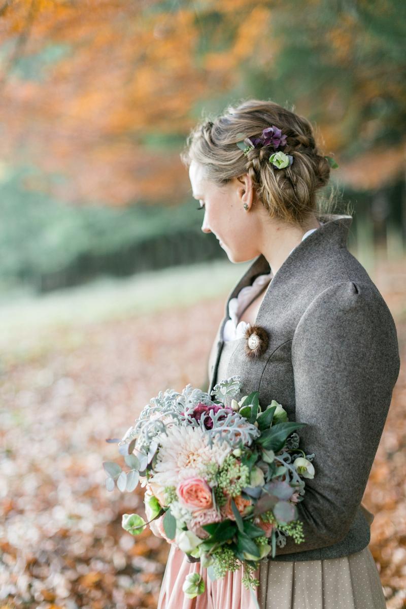 tegernsee-standesamt-brautpaar-paarshooting-blumen-dirndl-tracht-braut-hochzeit-wedding-marriage-hochzeitsfotograf-muenchen-luxembourg-trier.jpg