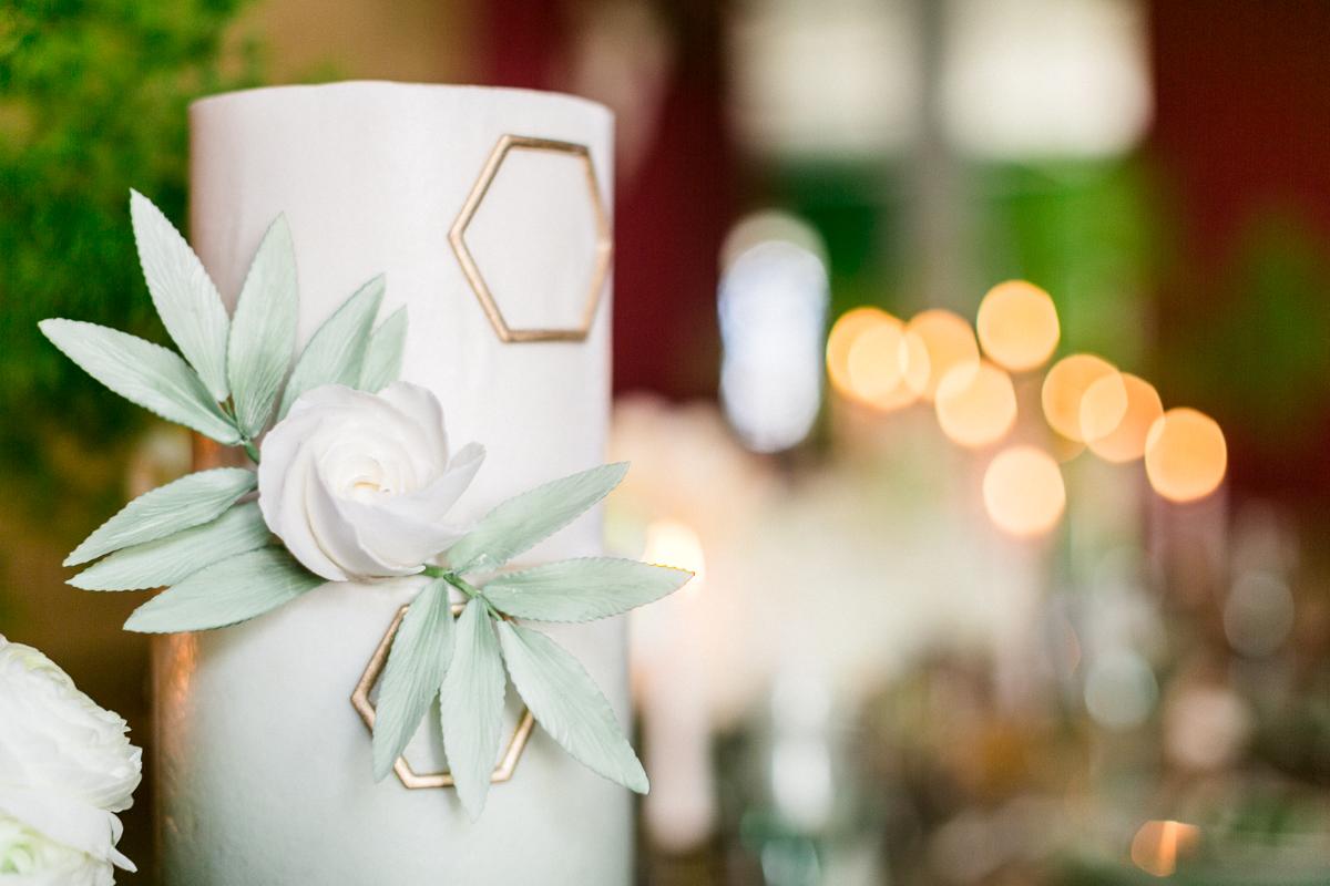 chiemsee-chiemgauhof-deko-blumen-torte-hochzeit-wedding-marriage-hochzeitsfotograf-muenchen-luxembourg-trier.jpg