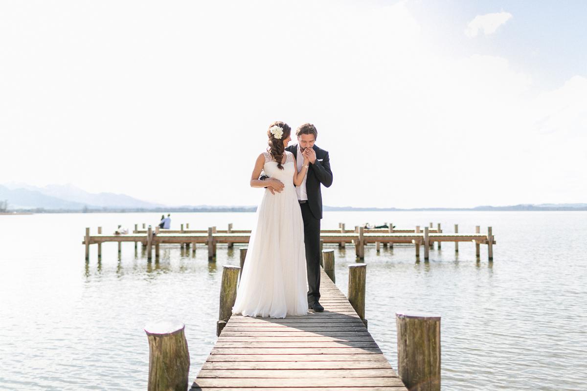 chiemsee-chiemgauhof-deko-blumen-hochzeit-wedding-marriage-hochzeitsfotograf-muenchen-luxembourg-trier-berge-alpen-bayern-steg.jpg