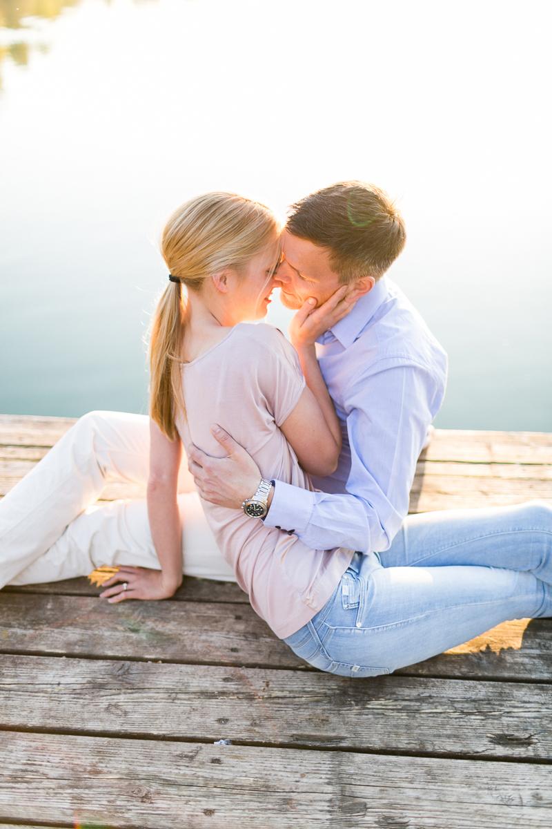 verlobung-kuss-engagement-steg-muenchen-susanne_wysocki.jpg