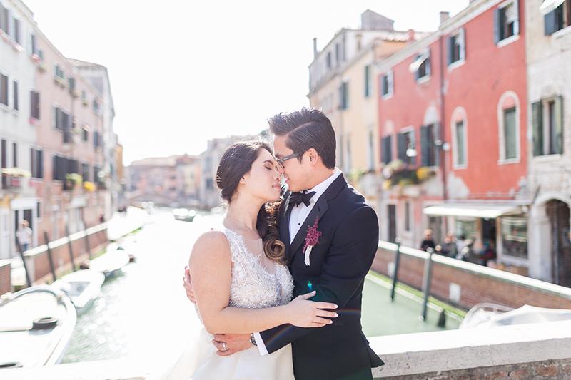 venedig-hochzeit-susanne_wysocki-hochzeitsfotograf-muenchen-trier-luxemburg-wedding-venice-italy-photographer-canal-kiss.jpg
