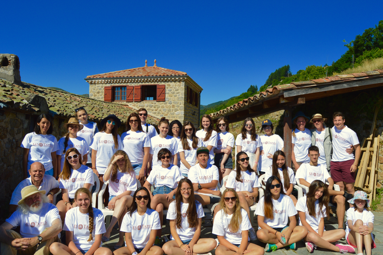 Students and staff pose in their new Les Tapies t-shirts for a group photograph