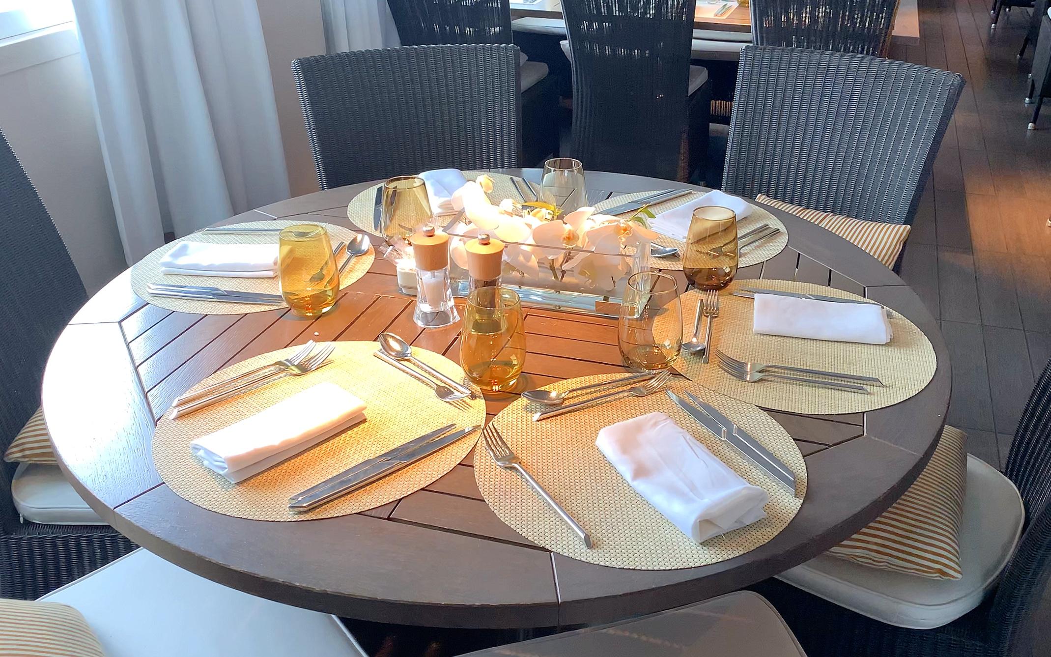 Buffet tableware.