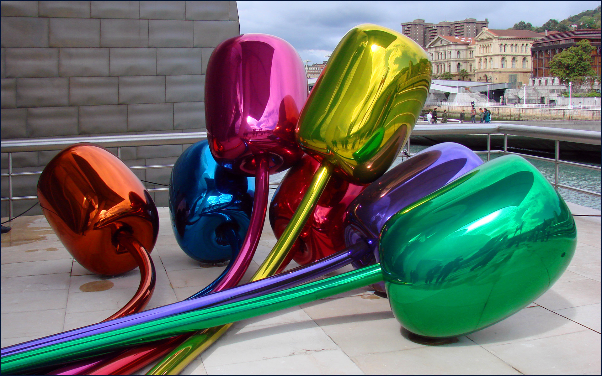 Tulipes de Jeff Koons (musée Guggenheim, Bilbao)  Photo  dalbera from Paris , France [CC-BY-2.0 (http://creativecommons.org/licenses/by/2.0)], via Wikimedia Commons