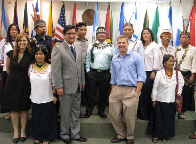 Sarayaku's ledare och allierade tillsammans med Andrew.
