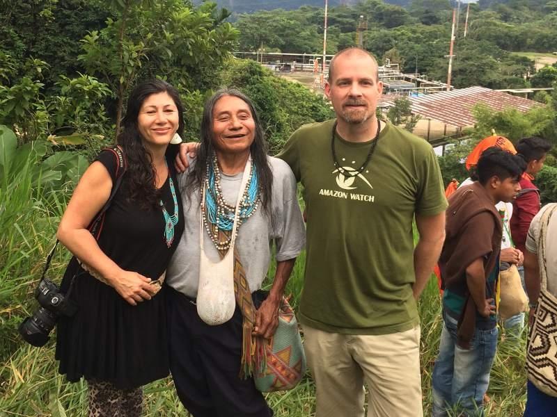 Atossa Soltani (Amazon Watch grundare), U'wa folket ledare och Andrew framför Gibraltar gas plant.