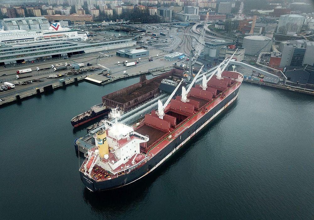 Foto: Urban Andersson   Bulkfartyget Phoenix Rising ligger i Värtahamnen och lossar flis.