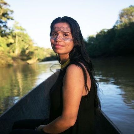 Nina Siren Gualinga  Född och uppvuxen i Amazonas regnskog. Har sedan tidig ålder varit involverad i främjandet av urfolksrättigheter och bevarandet av regnskogen. Hon är grundare av Hakhu projektet och sitter i styrelsen för Amazon Watch Sverige. Studerar för närvarande Mänskliga Rättigheter på Lunds Universitet