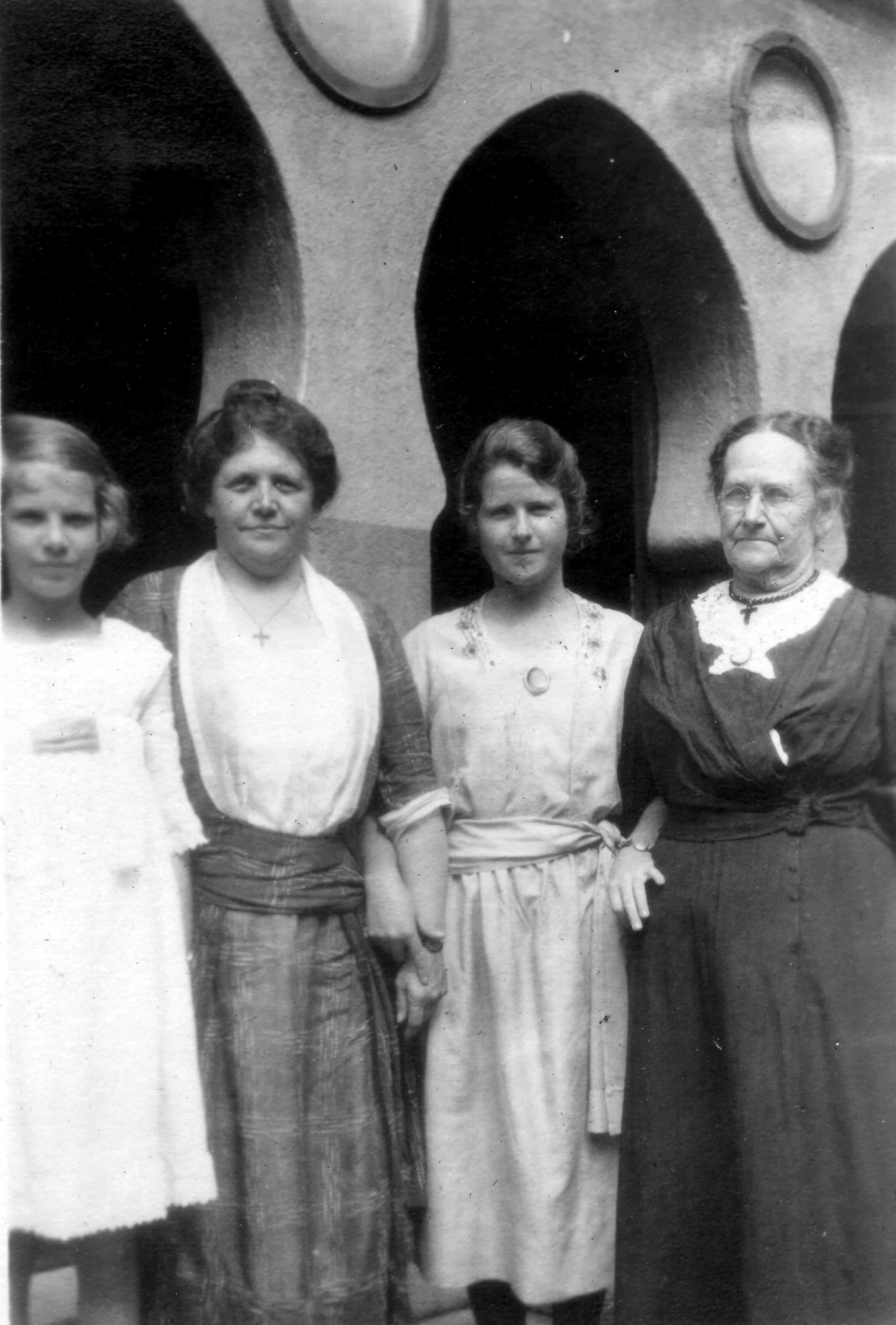 Helen, Caroline, Betty, Gran Sargent