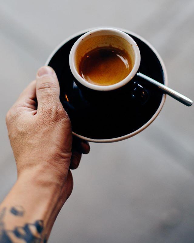 Desde nuestra concepción declinamos amablemente el servicio de #espresso para llevar. Esperamos, con modestia, que nuestros clientes comprendan lo delicado de la bebida, que está hecha con un propósito específico, en el momento, a la orden; hecha para la ocasión, bajo petición expresa. . Se calibra el balance de sabores primarios cada mañana y se rectifica cada turno para presentar la bebida en el demitasse de espresso con un chaser de agua mineral. Como consecuencia directa de esto, una vez preparado, el espresso no se puede guardar y se debe beber inmediatamente, antes de que la espuma se contraiga y colapse al romperse sobre la superficie. . Queremos compartir con nuestros clientes este #ritual que concebimos, en particular con el espresso; disfrutarlo no toma mas de unos minutos y es inevitable lucir bien con una taza de espresso en la mano. . #cultoalcafé