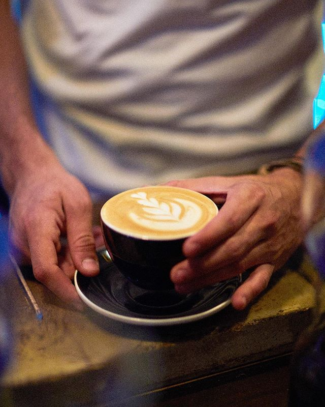 Si los fines de semana son deliciosos imagina empezar con Almanegra ✨✨☕️✨✨ . .  #barista #baristadaily #baristalife #brewcoffee #cafeteria #caffeinated #chemex #chemexcoffee #chemexlove  #coffeeaddict #coffeegeek #coffeeholic #coffeelover #coffeeporn #coffeeshots #coffeesnob #coffeetime #cultoalcafe #cultoalcafé  #drinkgoodcoffee #instacoffee #manualbrewonly #meetyourbarista #ourbarista #peoplebrewcoffee #pourover #pourovercoffee #specialtycoffee #thirdwavecoffee