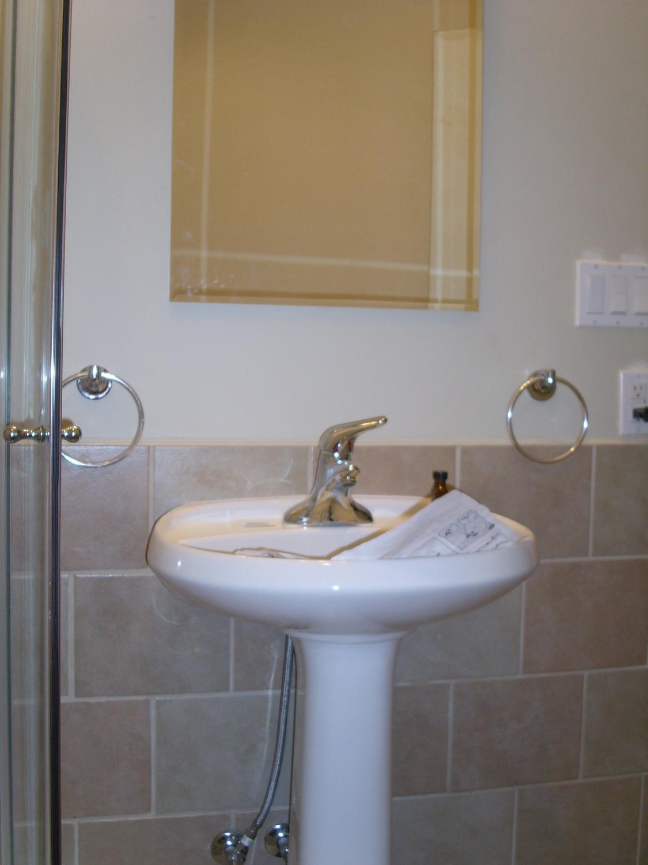 small bathroom (2).JPG