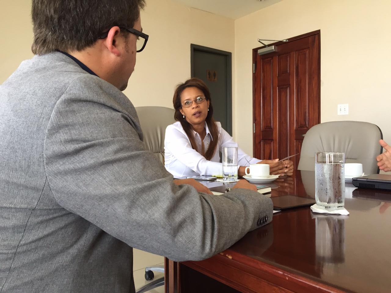 ACS AssociateCristián Pérez talks to Panama's Vice-Mayor Raisa Banfield.