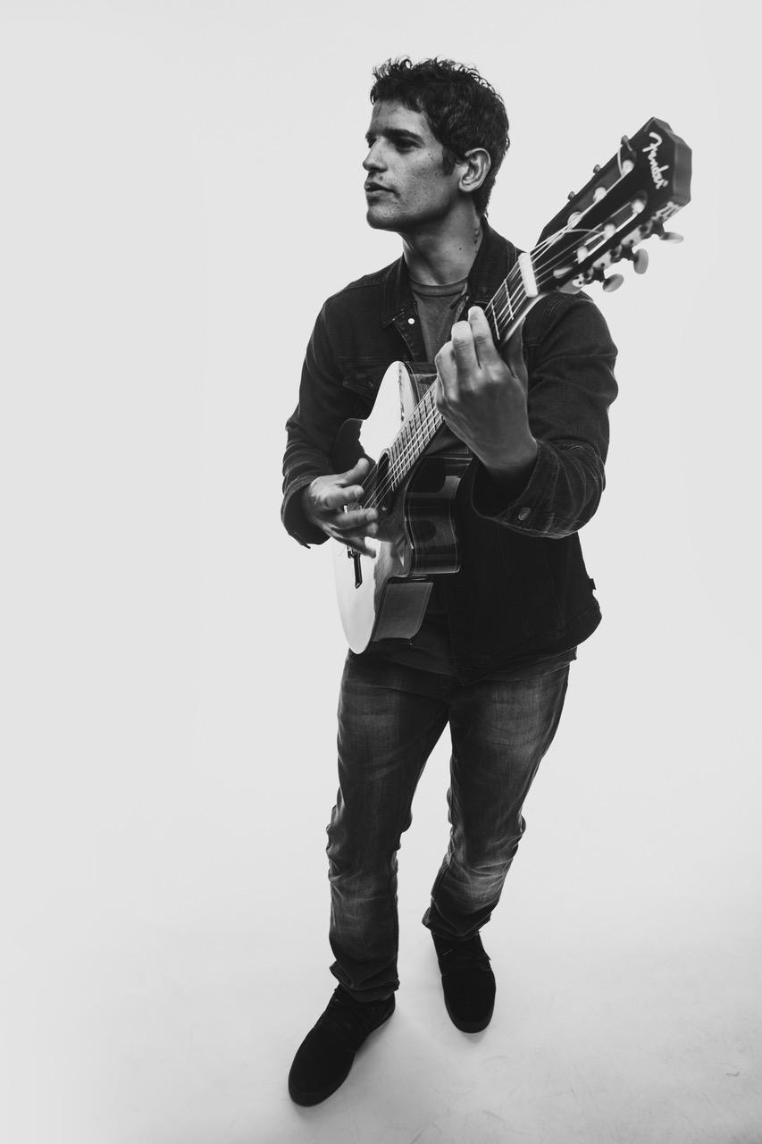 Junior, guitarra y voz