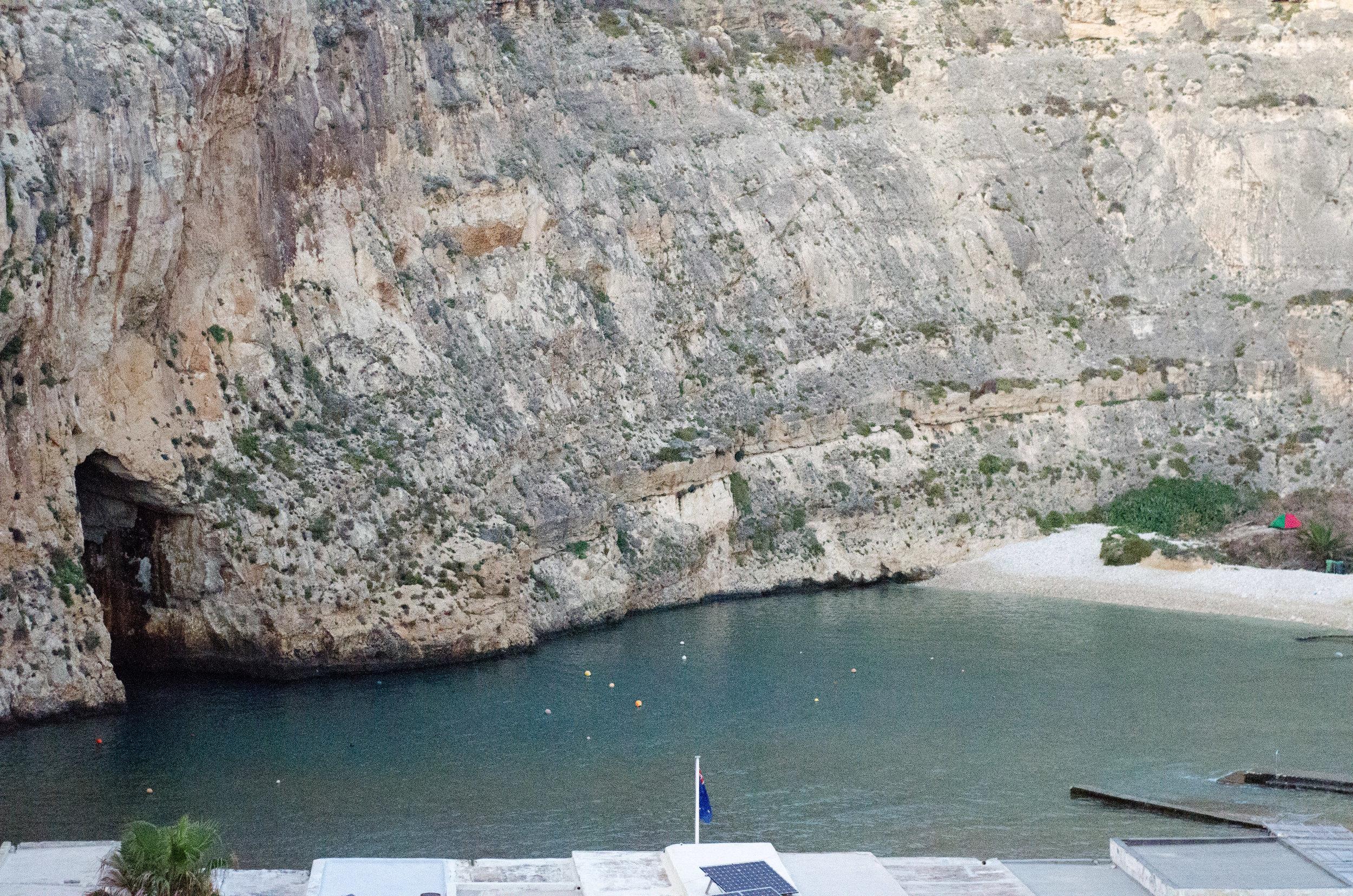Морське око - басейн води доволі далеко на острові, з тунелем до моря.