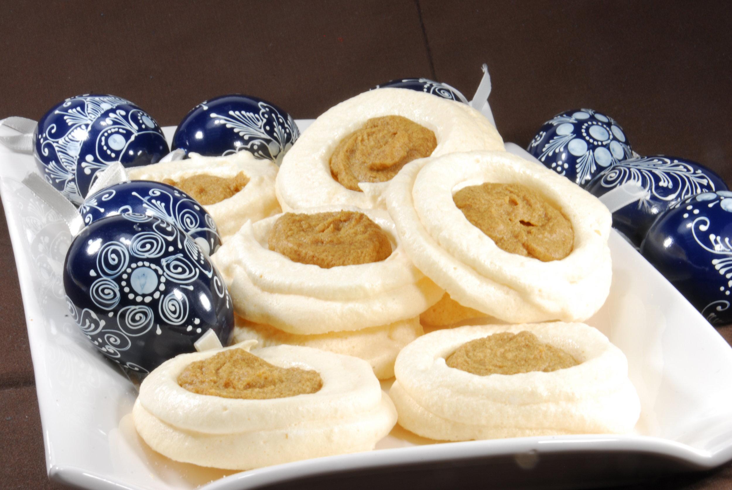 Easter meringue eggs with Forte orange date spread