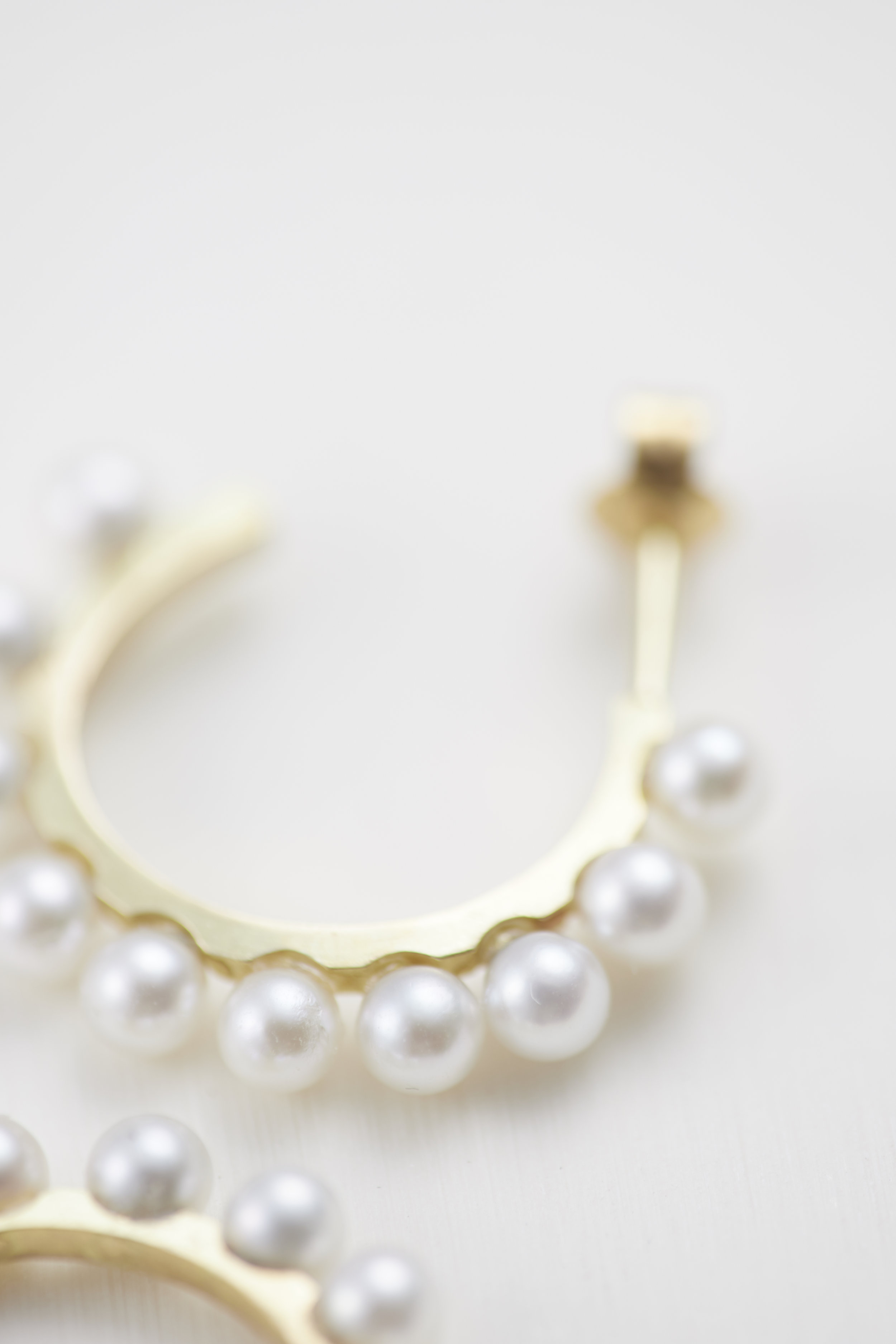 Akoya pearl hoop earrings. 18ct gold -E300126