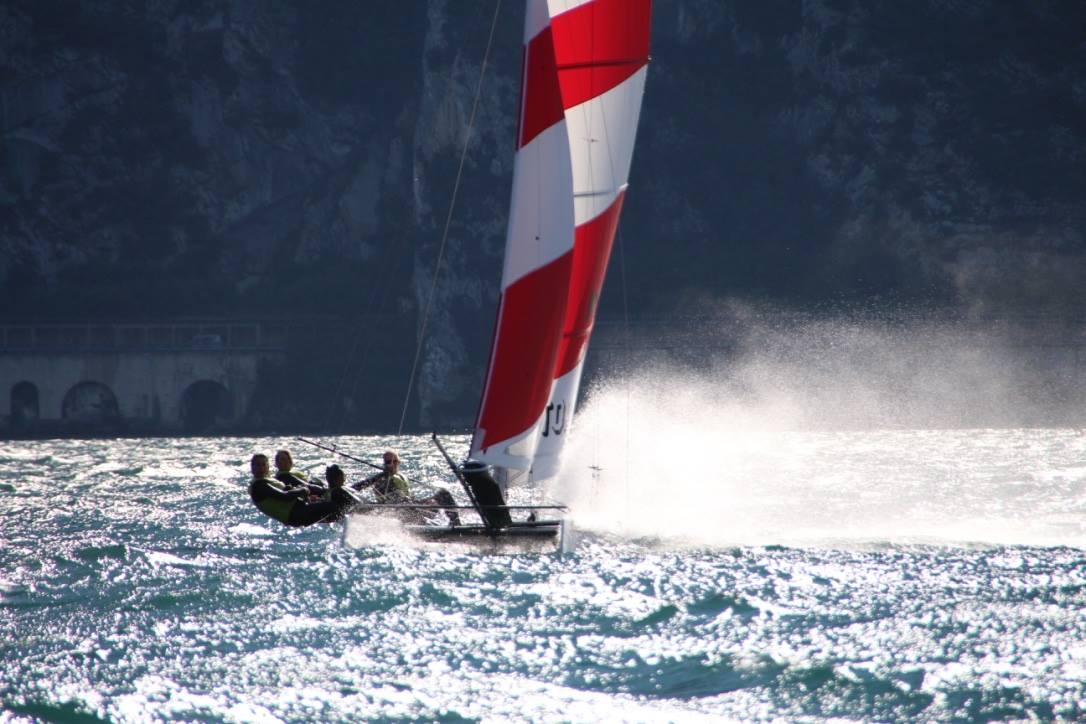 Limone Watersports Crew segelt mit dem Katamaran