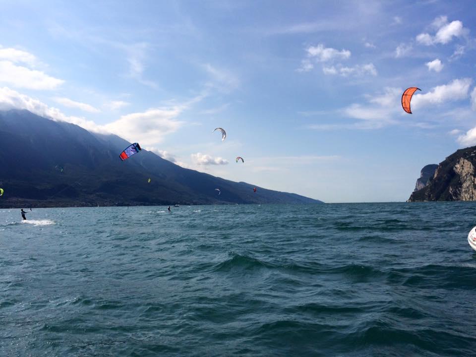 Kitesurfsession an einem sonnigen Tag im Oktober