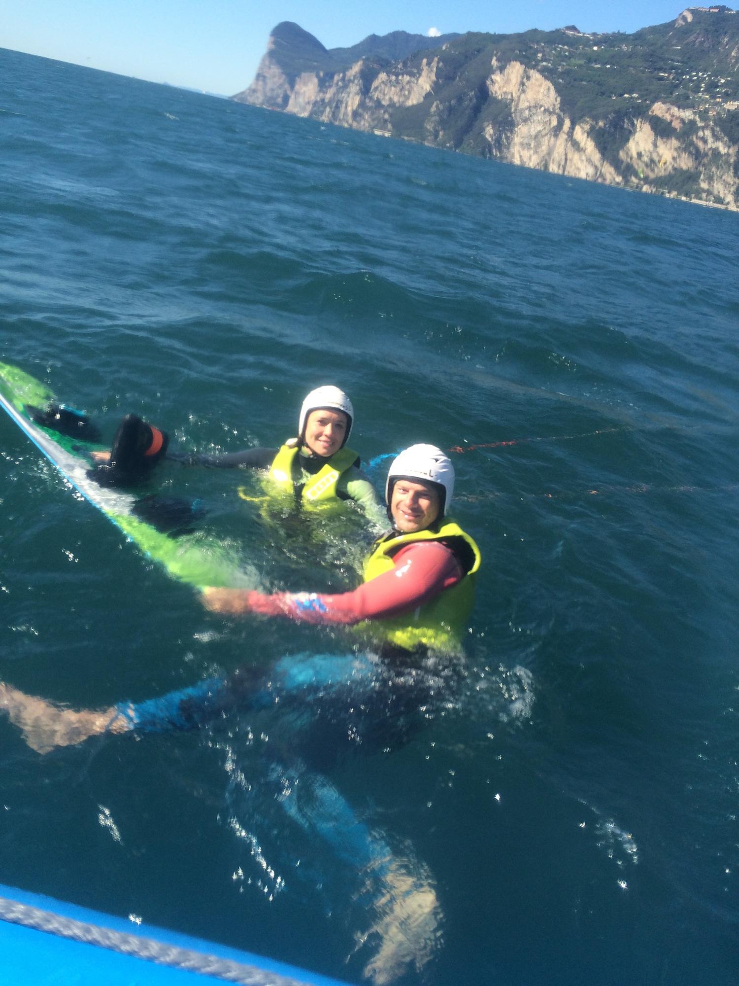 Leren kitesurfen met windriders. Kwalitatief materiaal en radio helmen om in contact te blijven met je instructeur