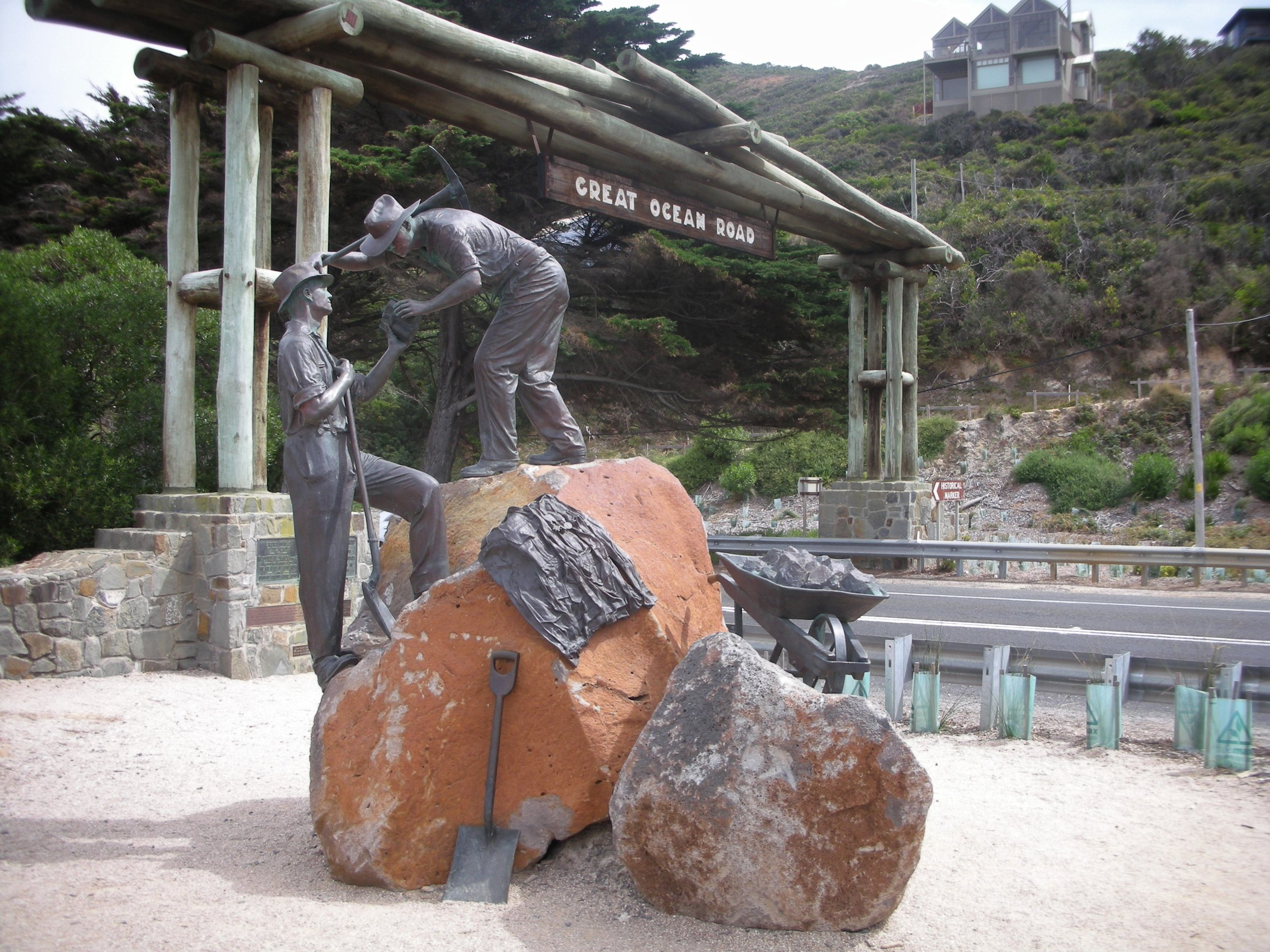 Great Ocean Road Memorial Arch.jpg