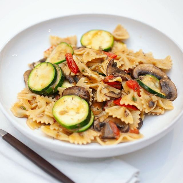 This Farfalle with Zucchini, Mushrooms, and Cherry Tomatoes is the perfect easy and fast, fall weeknight meal 🥘 Link in bio! #vegan #whatveganseat #veganpasta #easyveganmeals
