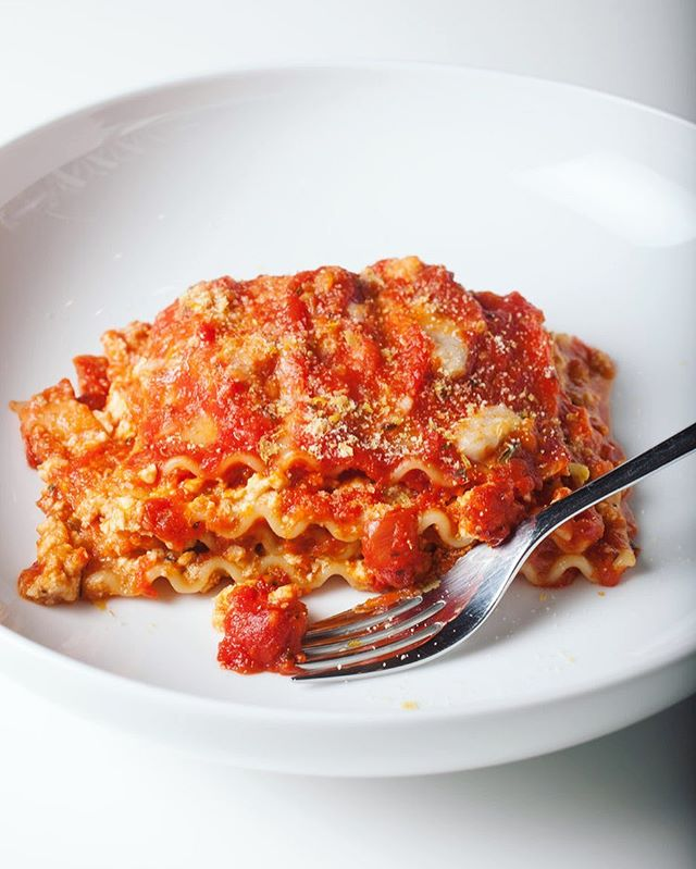 You just can't go wrong with #lasagna, especially when you include @miyokoscreamery and @beyondmeat 😍 Recipe link in bio! #vegan #veganlasagna #whatveganseats