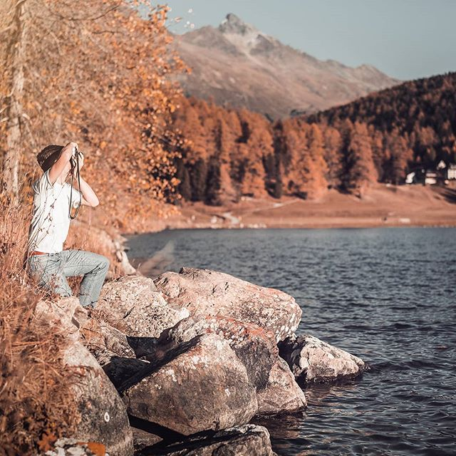 Men at work @moar.life 😎 _________________________________________  #macsArt #sony #photo #boy #nature #see #sky #mountains #model #analog #autumn #fun #sun #sunset #stmoritz #tree #water #naturelovers #landscape #graubünden #switzerland #hiking #photooftheday #picoftheday #alpha7