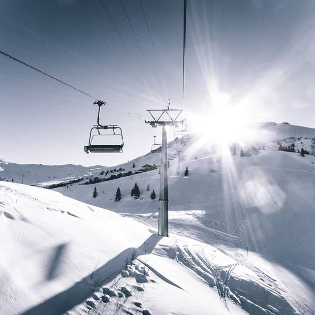 Der Blick immer Richtung Sonne. Den Anblick speichern für den Fall dass es mal länger blitzt und donnert 😍 ____________________________________  #macsart #sun #ski #snowboarding #sky #snow #blue #white #fun #love #sport #lift #perfect #day #weather #graubuenden #obersaxen #mountains #alps #canon #lovely #friend #goodtimes #nature #naturelover #kissed