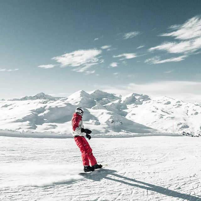 This feeling.. Surrounded by mountains and snow 🤩 _____________________________________  #macsArt #canon #camera #nature #mountains #swiss #graubuenden #sport #snowboarding #swisstourism #fun #happy #friend #sky #alps #love #red #white #naturelover #nature #obersaxen #photooftheday #photo #ride #ski #winter #winterwonderland