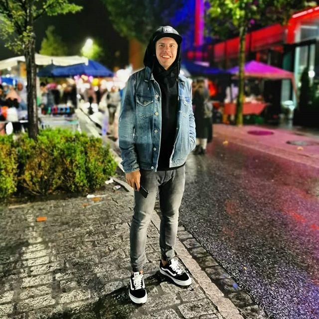 ... und du so? Kennsch Hunger? ___________________________________________  #me #photo #smile #hungry #fun #vaduz #liechtenstein #street #streetphotography #happy #boy #night #jeans #vans #fox #cap #black #grey #lights #summer #nights #in #europe #duso? #duweißt #switzerland #chur #churerfest