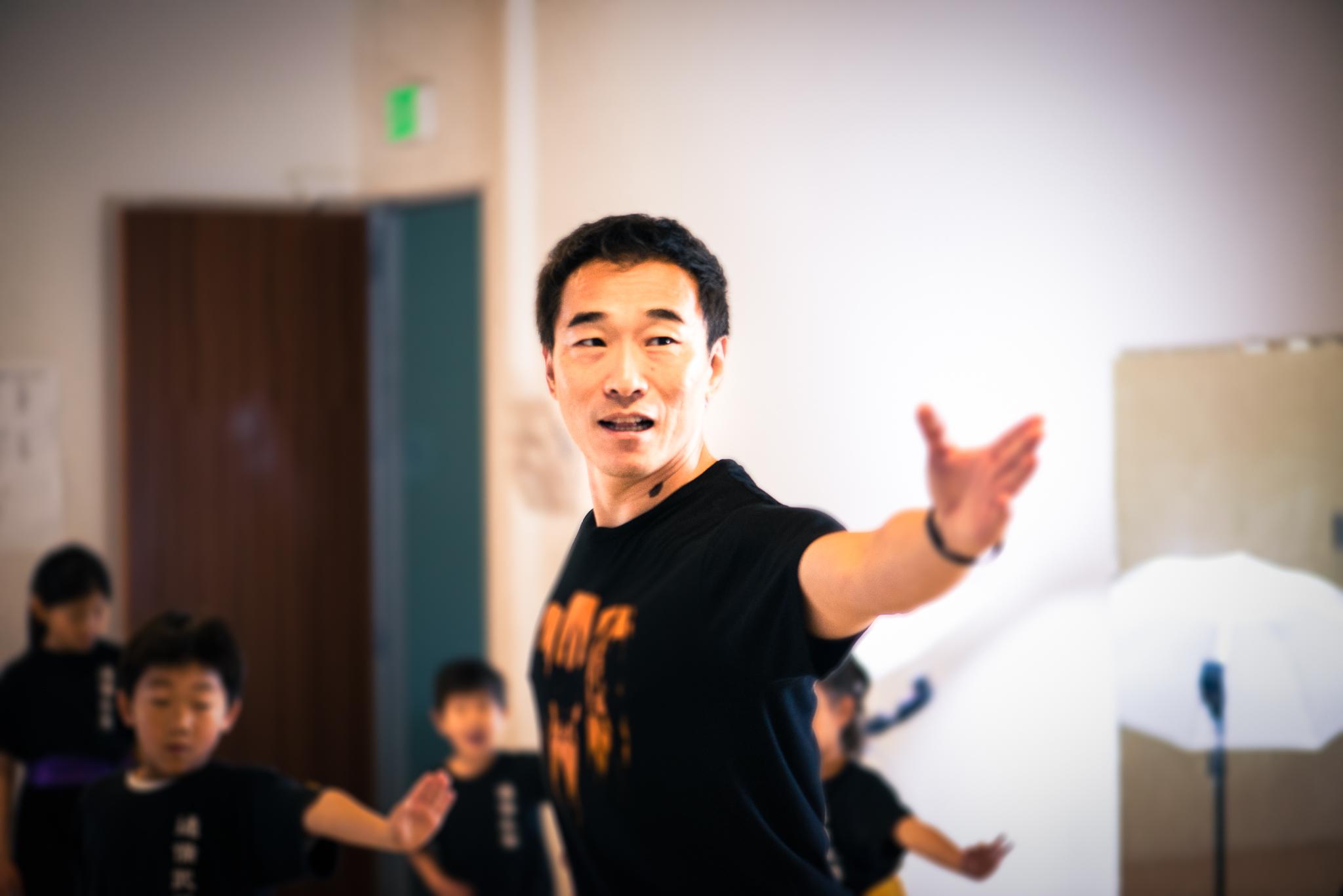 Niu Academy   強身健體,協調平衡,  訓練膽識,自衛防身,  培養自信,表現自我,  中華武學,繼承發展。   請看我們的課程