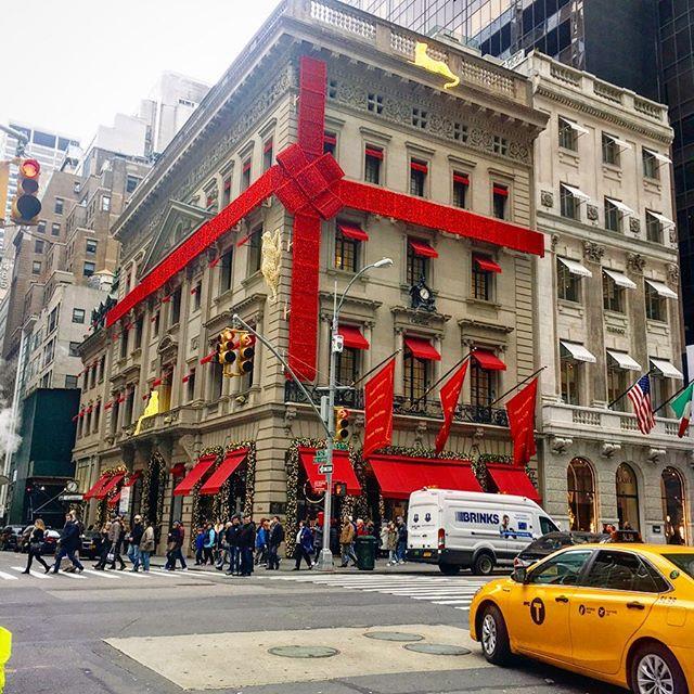 Cartier...gift wrapped. Yes please‼️ #nyc #christmastime #thejewwholoveschristmas #holidaytime  #itsbeginningtolookalotlikechristmas #thebigapple #lifestyleblogger