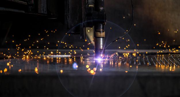 cortar-placa-laser-maquina-cnc-chispa_44762-6.jpg