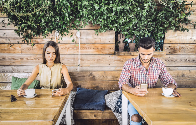 pareja-moda-momento-desinteres-ignorandose-otros-usando-telefono-celular-movil_101731-91.jpg