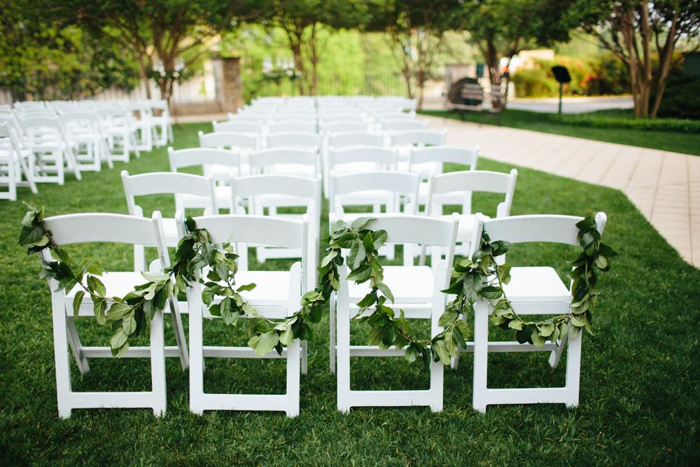 Paige-Newton-Photography-Wedding-Details-Wedding-Garland.jpg