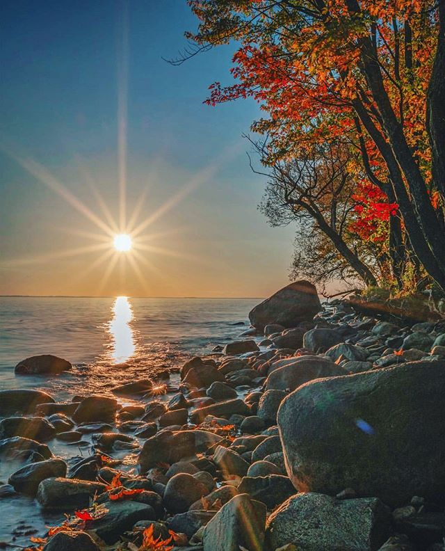 Autumn's the mellow time. .. . . #todayplaces #ig_northbay  #ig_mirrorless #canada150 #ig_photostars #sun_star_flares #northbay #autumnincanada #shoreline #resourcemag #sonyimages #a7rii #skyporn #sunsetsniper #skylovers #sunrise_and_sunsets #sunsets #sunset_hub #sunsetlovers #instasunsets #rsa #sunsethunter #sunset_madness #sunset_stream #sunsetporn  #explorecanada #canadaswonderland #igerscanada #gf_canada