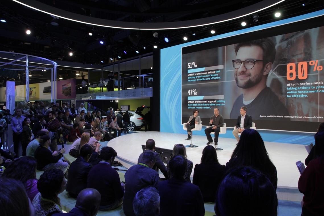 Intel ブースの中央ではトークセッションが行われていた。