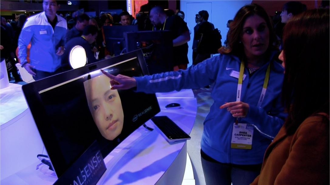 ゲーマーのサポートも進化!Intel REALSENSEテクノロジーを使用した、プレーヤーの表情をゲーム画面に取り込んで合成するデモ。
