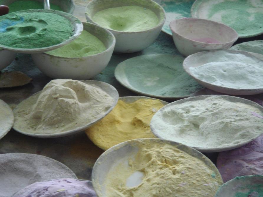 För att ge färg önskad kulör tillsätter man olika färgpigment. Det finns inga riktigt miljövänliga färgpigment. Man gör klokt i att behandla alla torra färgpigment som om de vore giftiga. Foto: Carina Olsson