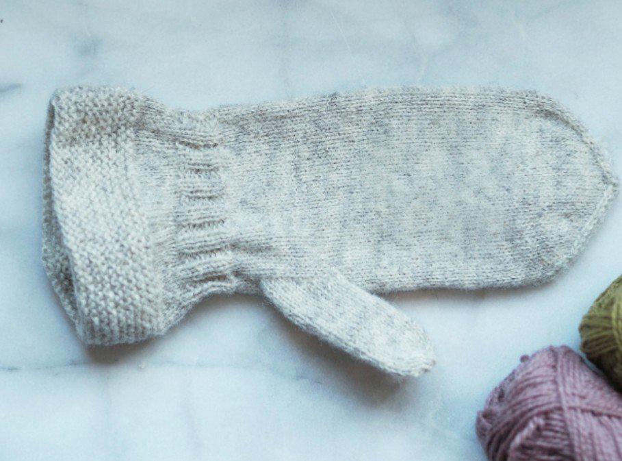 Skador på vanten: hål på tummen, hål på ovansidan av handen, hål på toppen av vanten och tunnsliten undersida. Foto: Maja Karlsson
