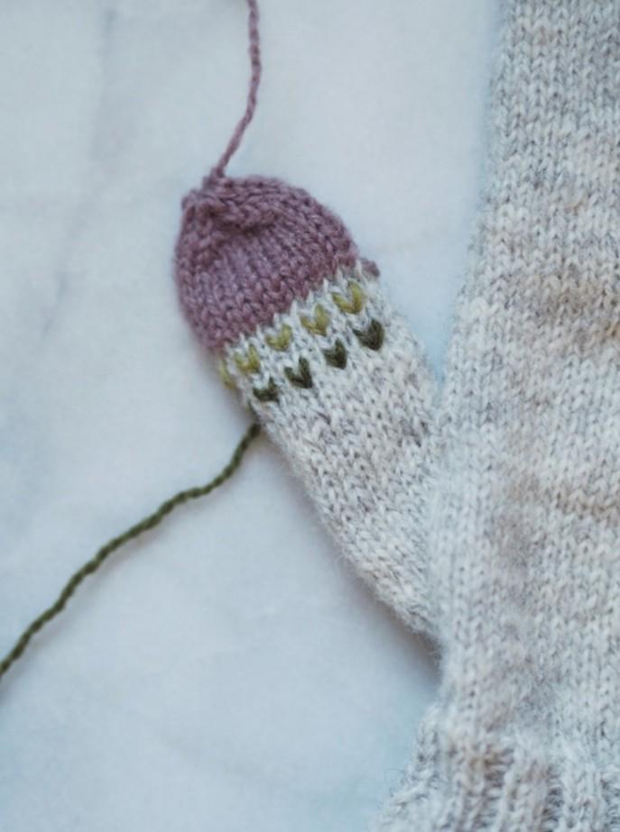 Bild 3 - Vantens tumme är lagad och har fått ny topp i avvikande färg. Foto Maja Karlsson